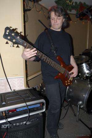 Толян развлекается со своим басом.